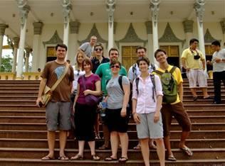 学员几乎都是洋人,右边的华人是笔者