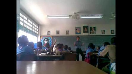 上课时软硬兼施,设法扣住学生注意力