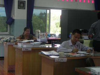 平时上课,教员必须穿办公室衣着