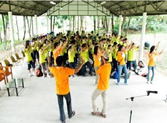 笔者(戴帽)把泰国流行曲改成主题歌,并带领学生载歌载舞